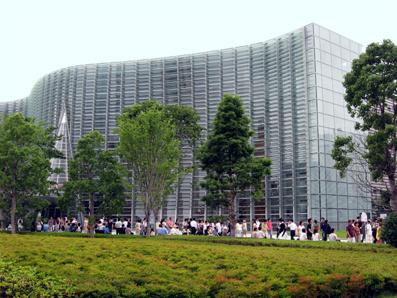国立新美術館の建物です
